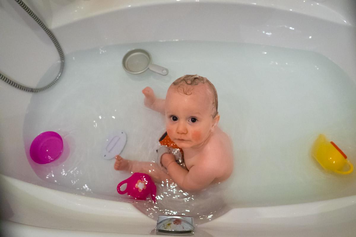 Babybadewanne mit Kinderfotograf