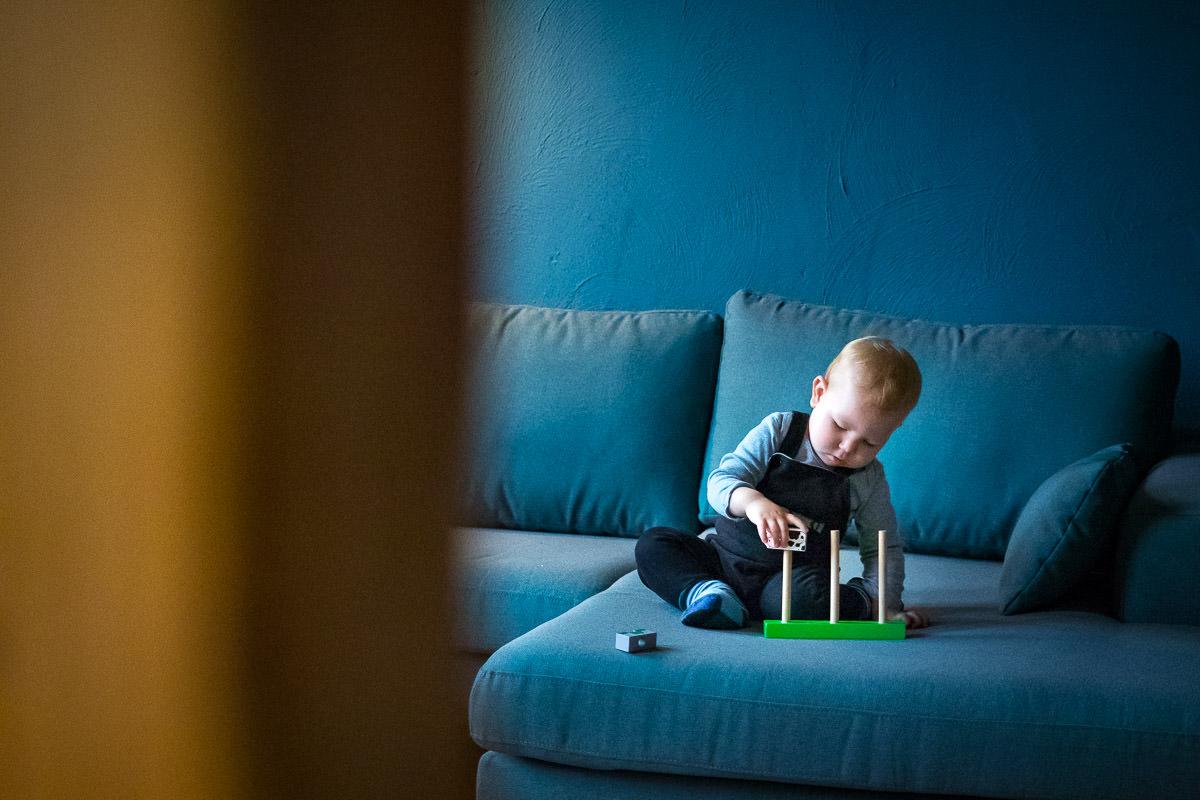 Baby mit Holzspielzeug Familienfotos Duesseldorf