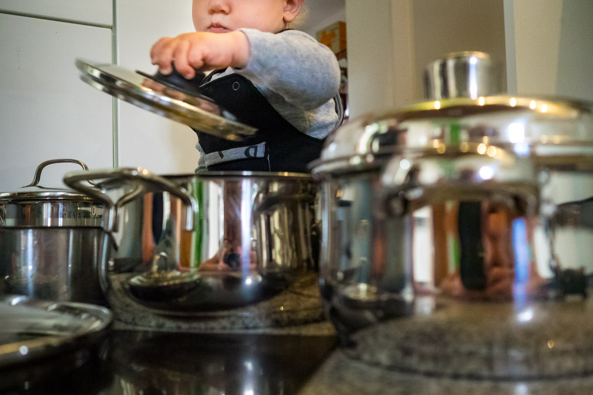 BAby spielt mit Kochtöpfen Kinderfotograf Düsseldorf