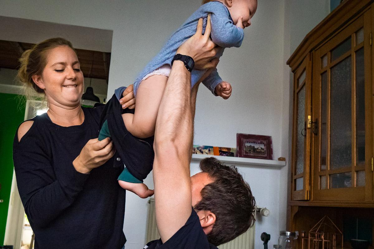 Eltern teilen sich die Kinderpflege Familienfotograf Solingen