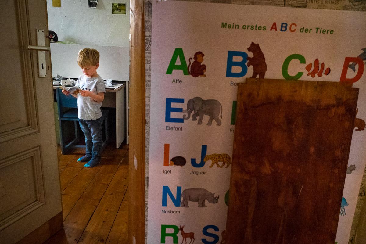 Junge liest in Kinderzimmer Familienfotos Solingen