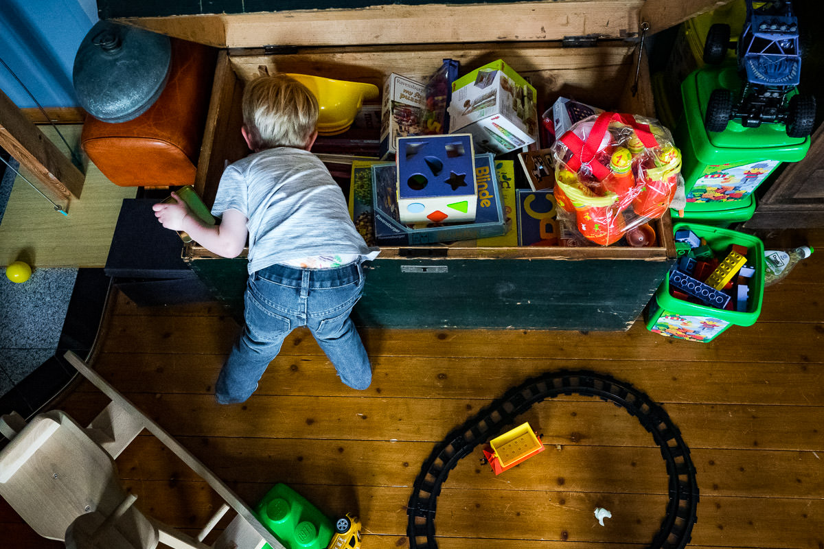 Kind mit Spielzeugkiste Familienfotos Wuppertal