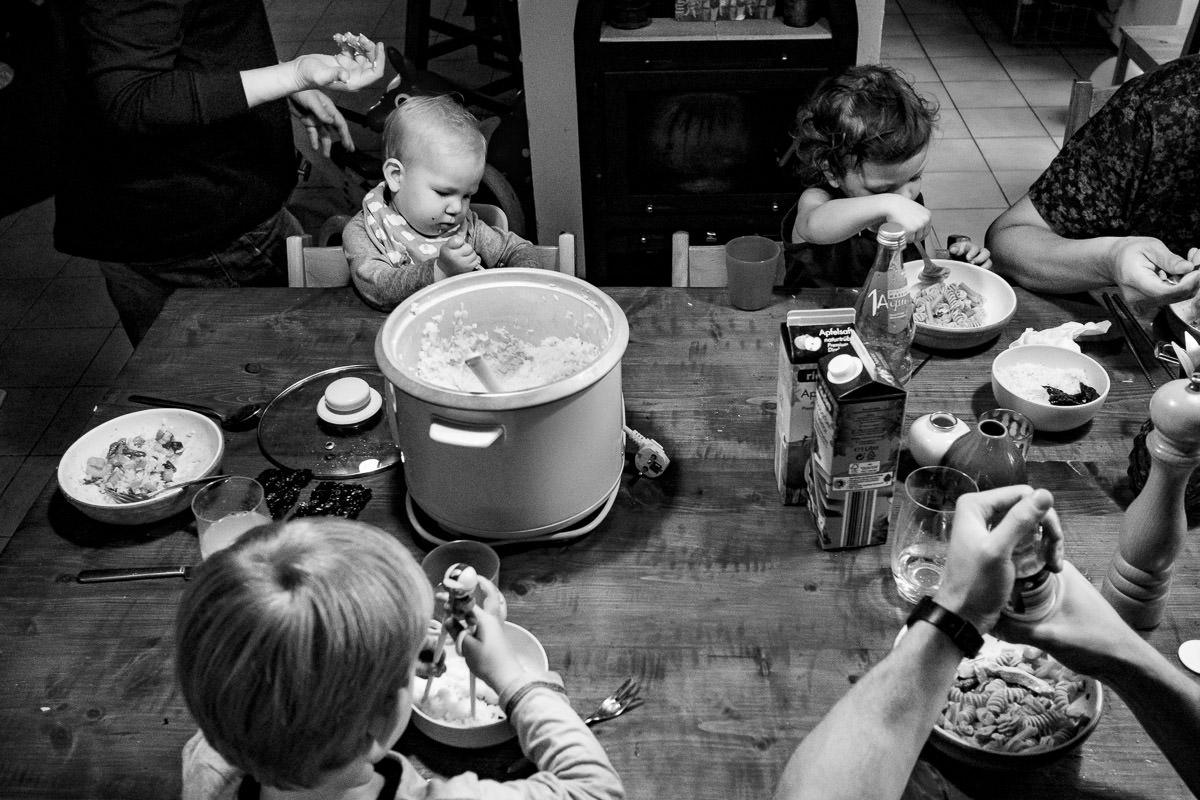 Kinder essen mit Staebchen Familien fotoshooting