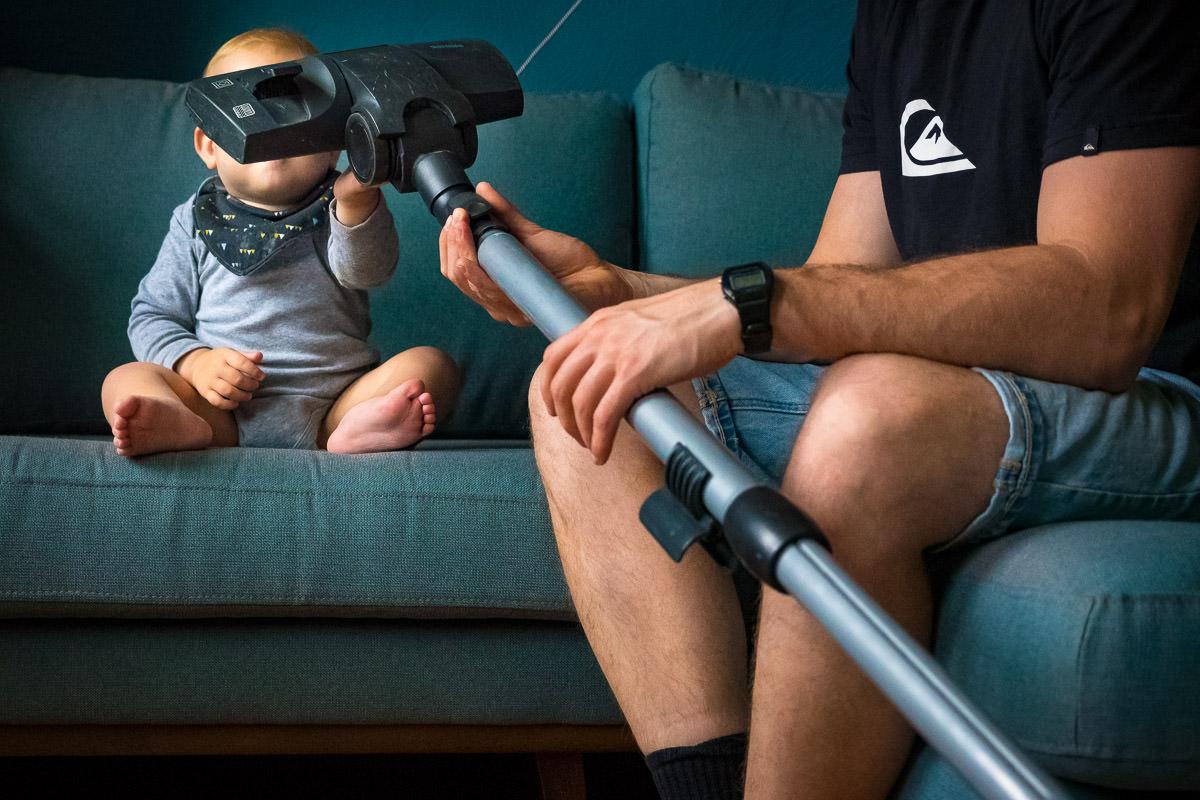 Kleinkind mit Staubsauger Familien Fotoshooting Koeln