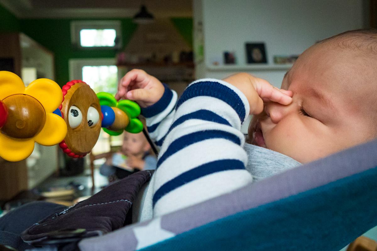 Muedes Baby in Babywippe Kinderfotos Koeln