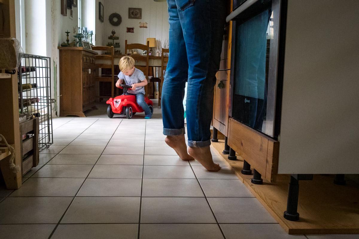 Mutter beim Kochen Familienfotos im Alltag