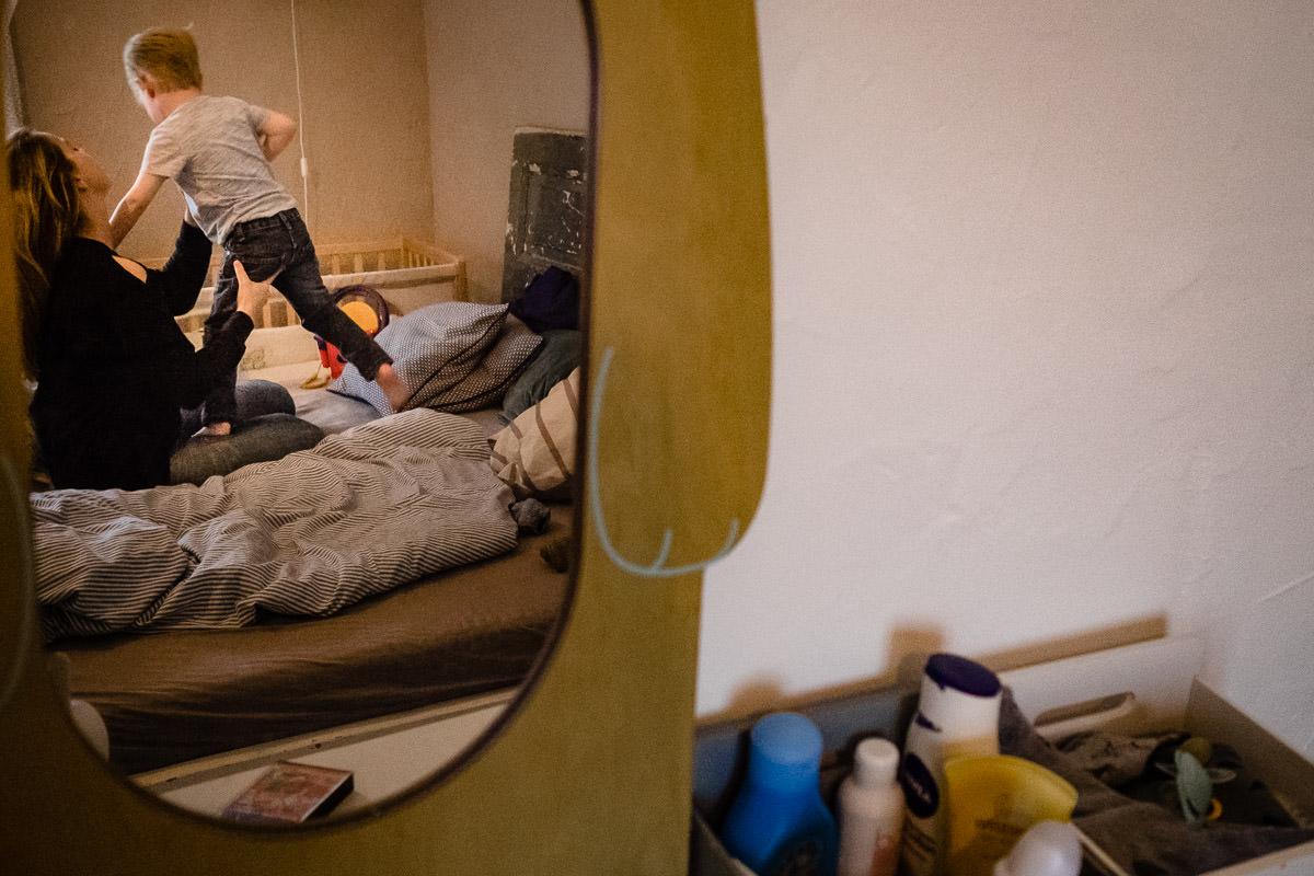 Mutter hilft Sohn beim Anziehen Familienfotograf Solingen