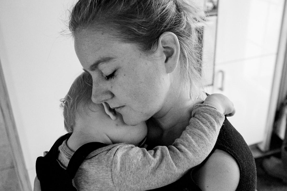 Mutter mit müdem Baby Familienfotos Düsseldorf