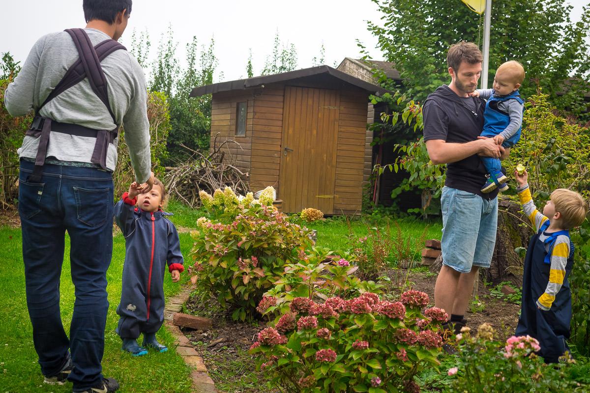 Vaeter mit Jungen bei Apfelernte FAmilienfotograf Solingen