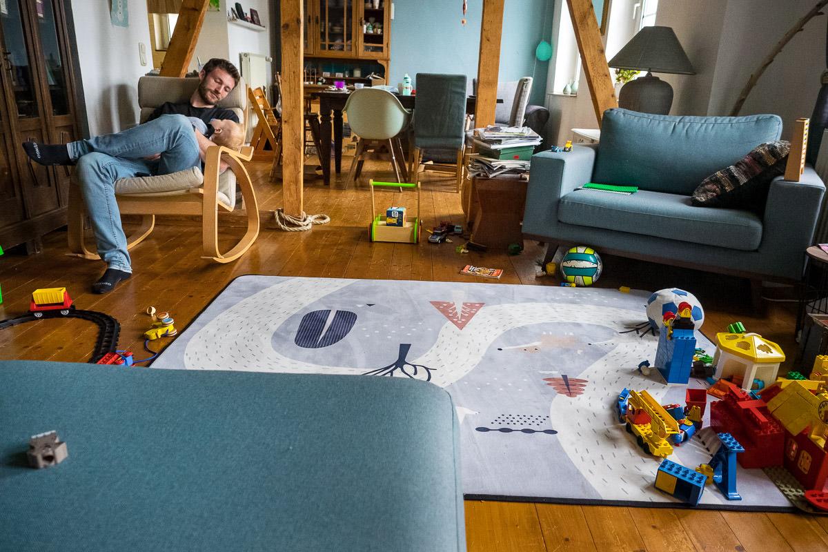 Vater mit schlafendem Baby Familienfotograf Wuppertal