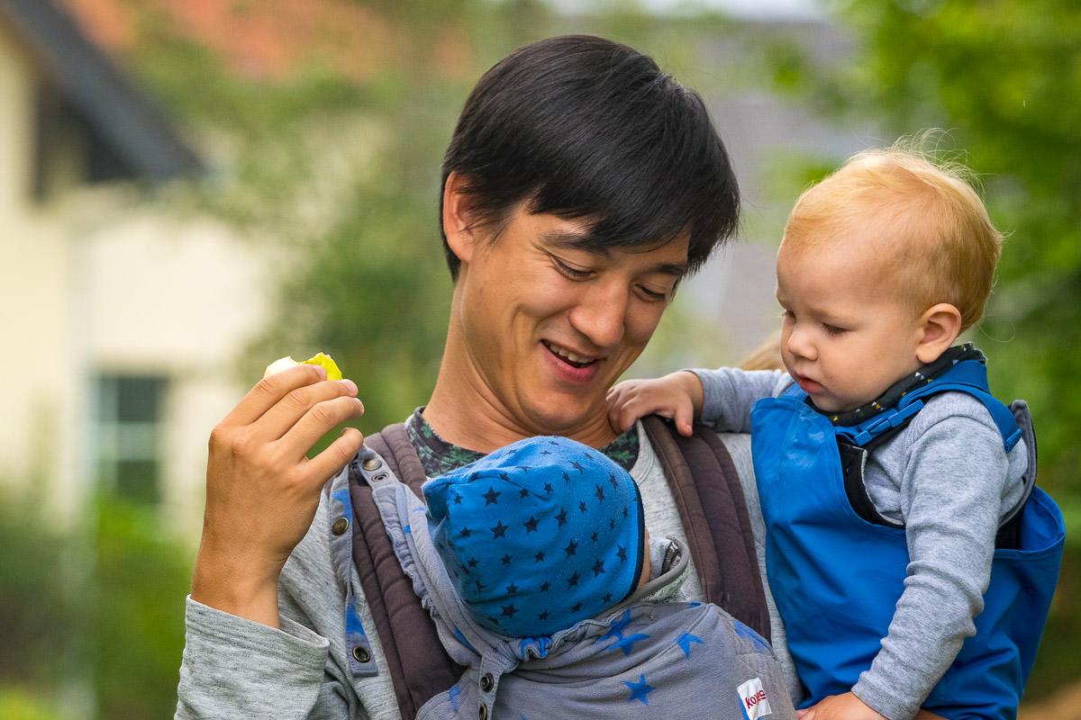 Vater mit zwei Babys Wuppertal Familienfotograf
