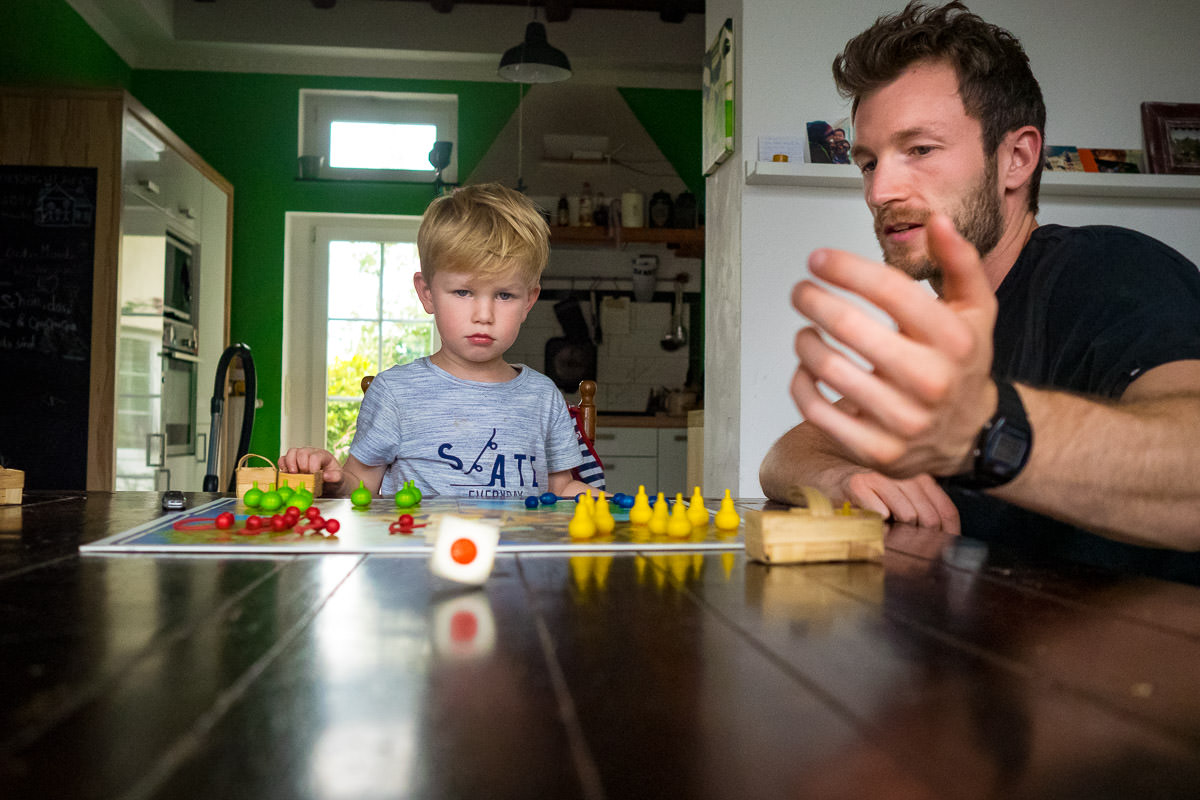 Vater spielt mit Sohn Brettspiel Familienfotograf Solingen