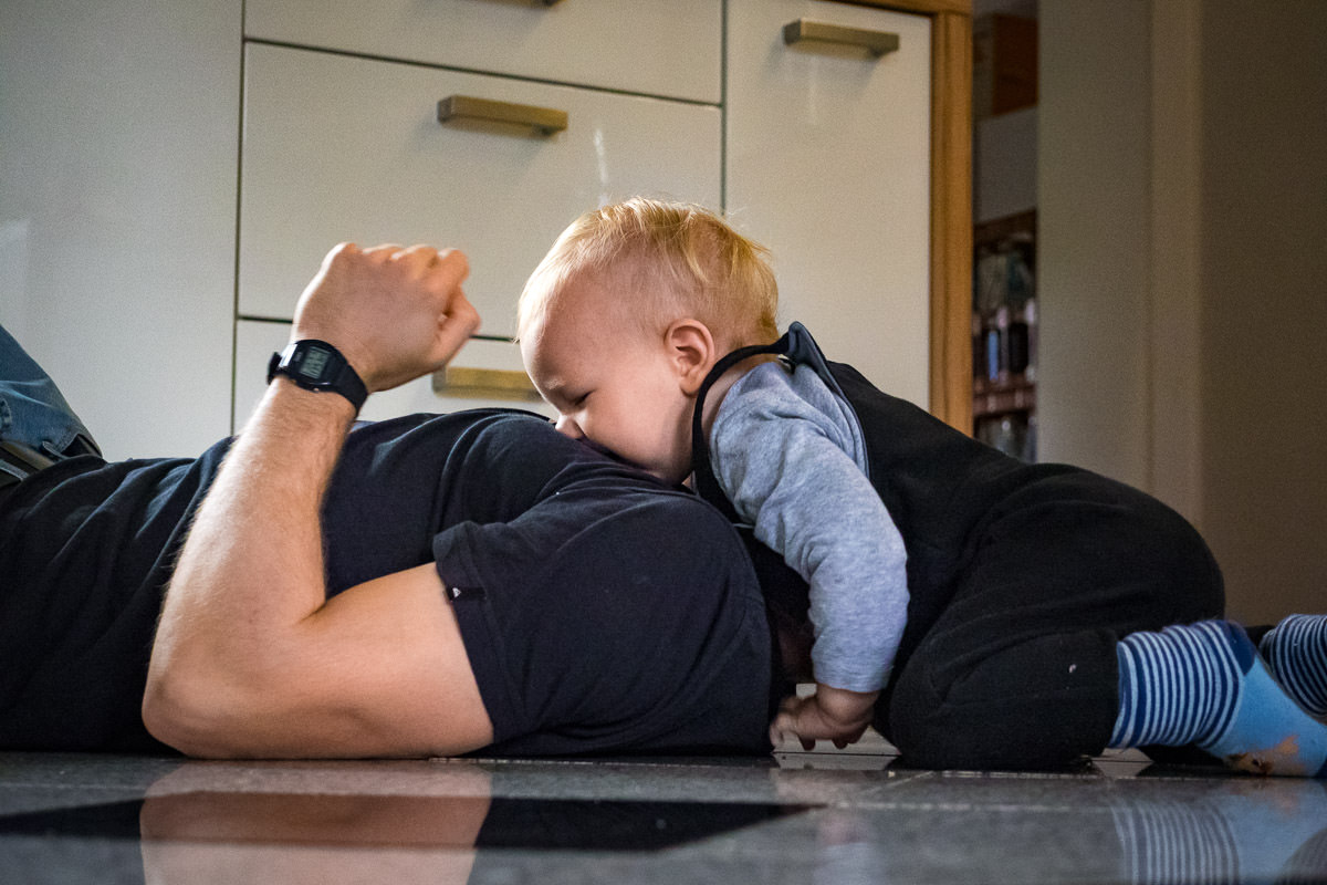 Vater spielt mit Sohn Kinderfotos Solingen