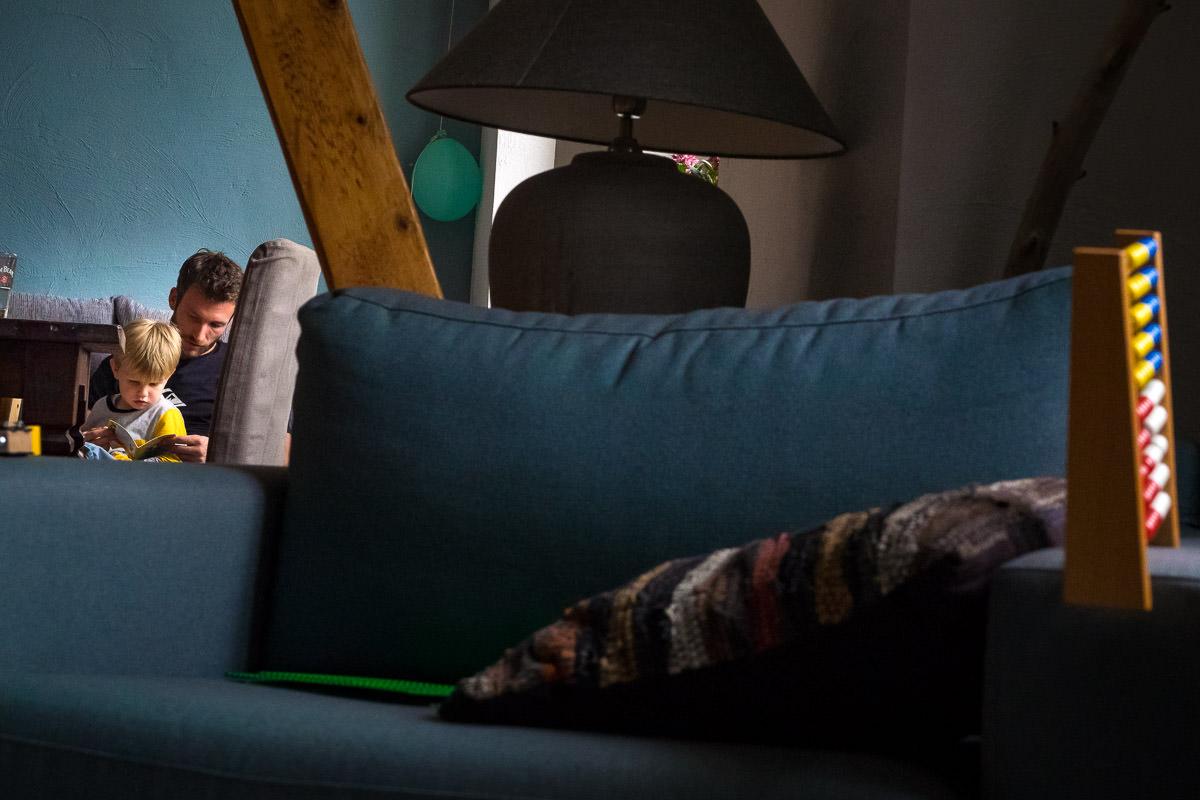 Vater und Sohn lesen Kinderfotograf Solingen