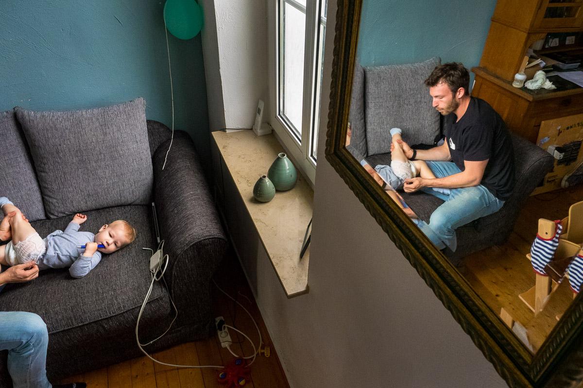 Vater wickelt Baby Familien Fotoshooting Düsseldorf