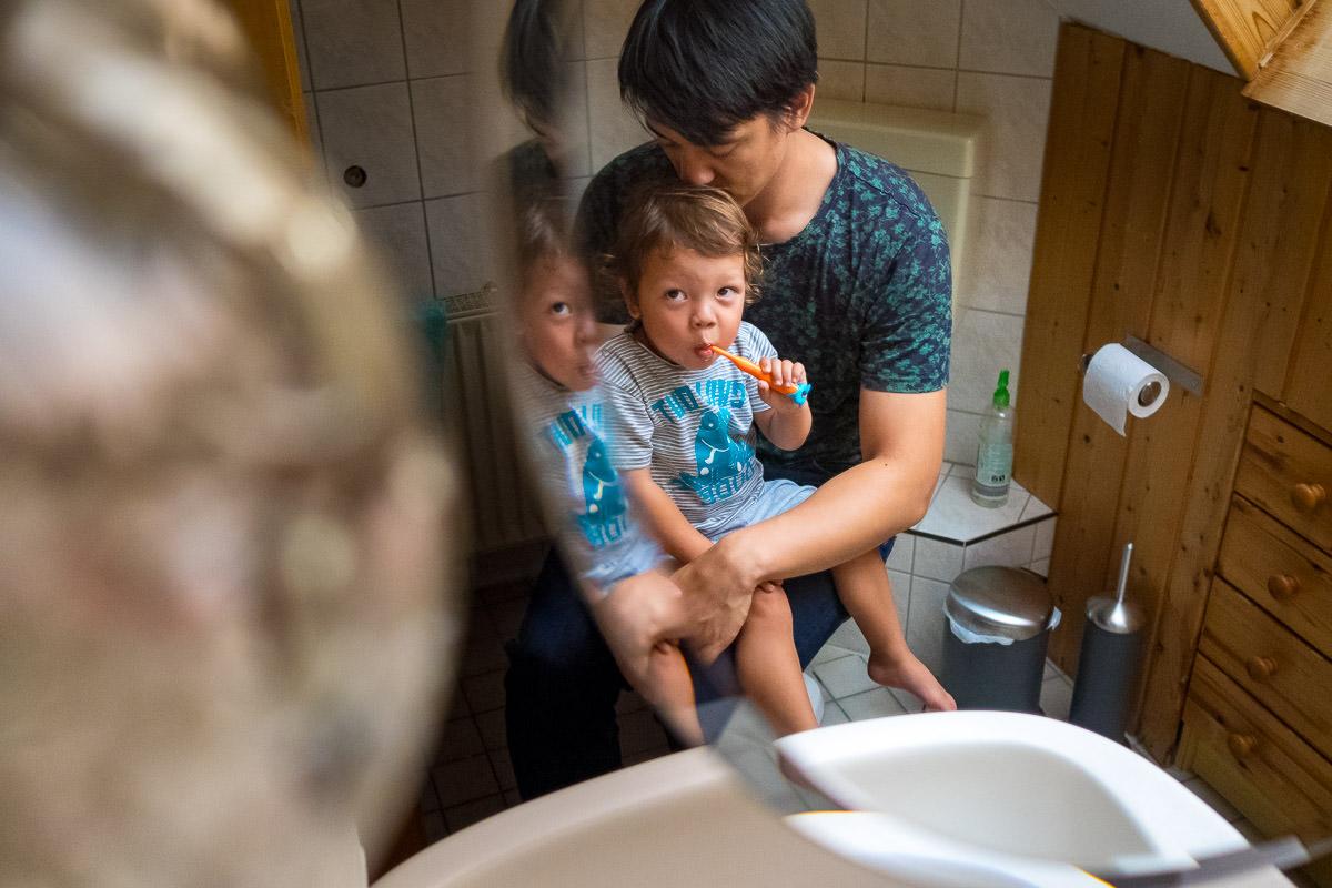 Zaehneputzen mit Papa Kinderfotograf Koeln