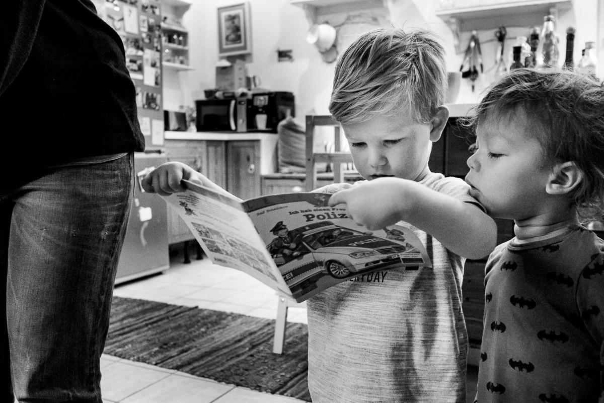 Zwei Jungen lesen in Buch Familienfotos Solingen