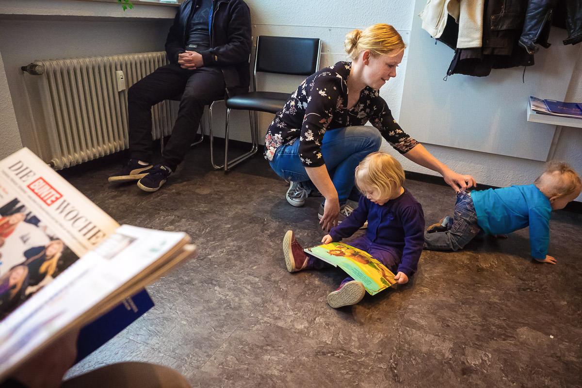 Mama mit Kindern beim Arzt