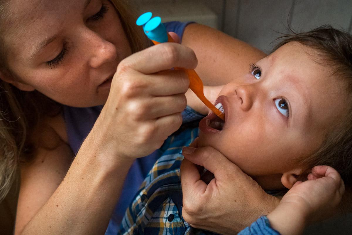 Mutter und Sohn beim Zähneputzen