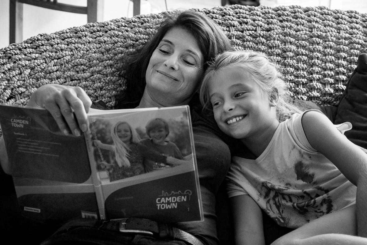 Mutter und Tochter üben Vokabeln Familienfotograf Düsseldorf