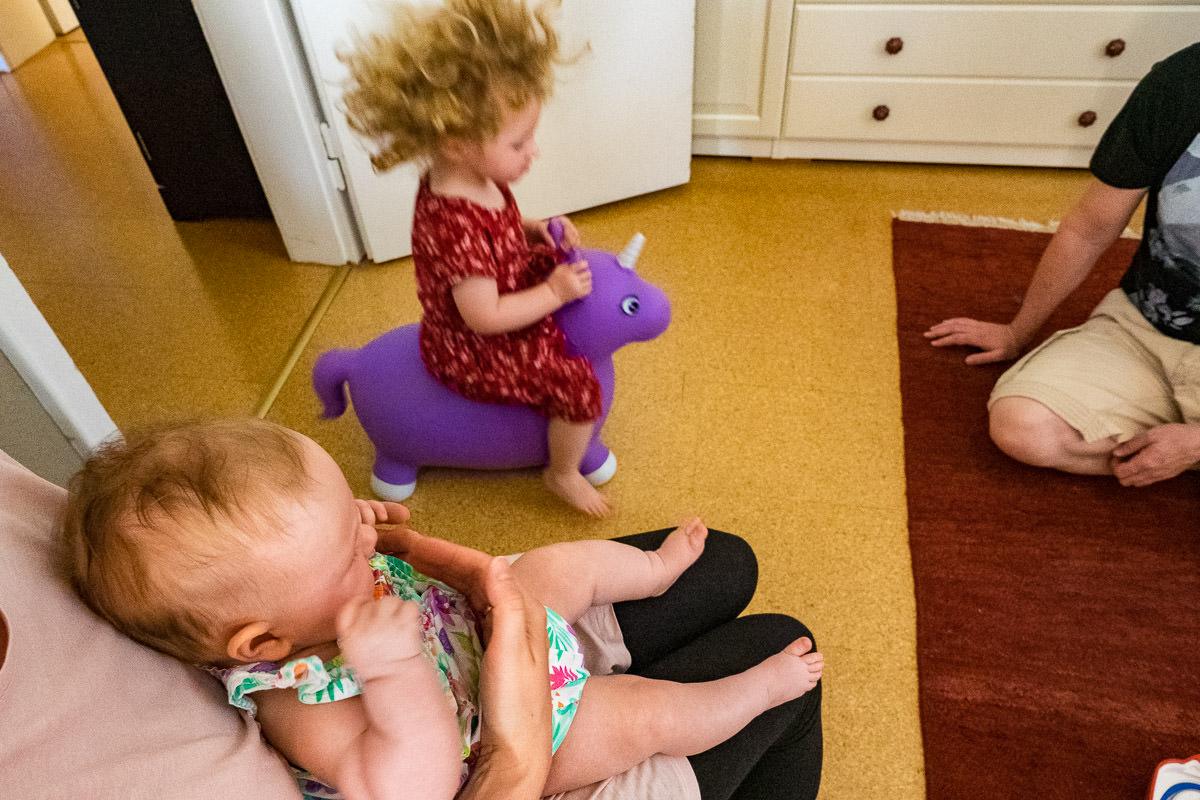 Familie-spielt-zuhause-Familienfotoshooting-Koeln