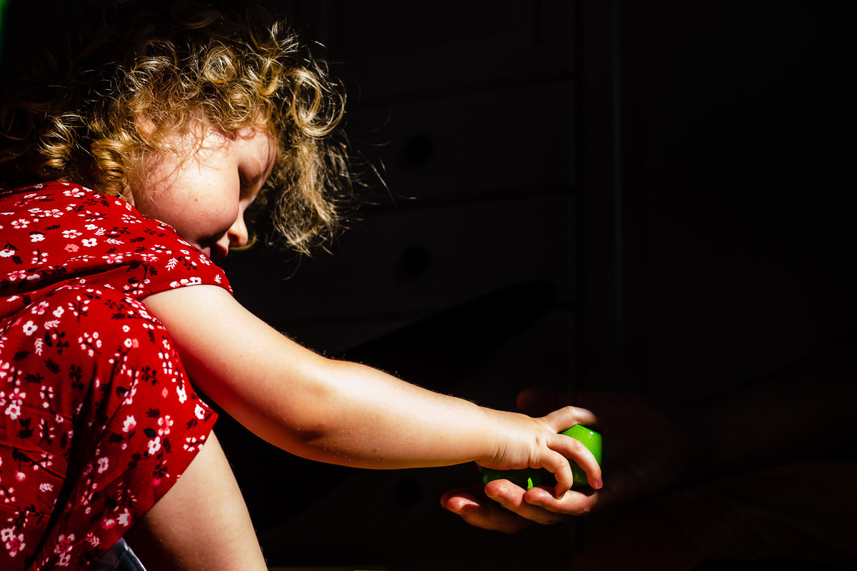 Familie-spielt-zuhause-Familienfotoshooting-Solingen