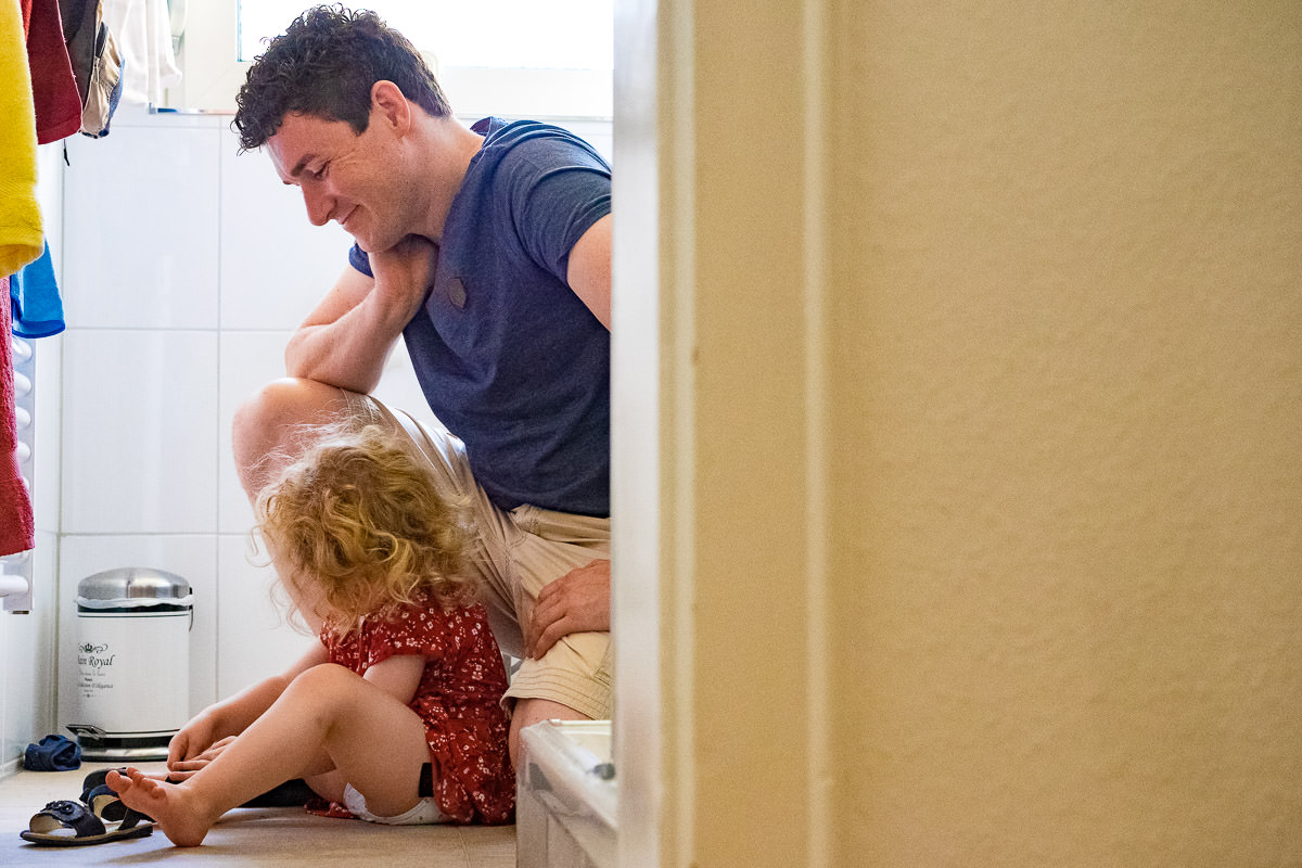 Papa-und Tochter-zuhause-Kinderfotograf-Solingen