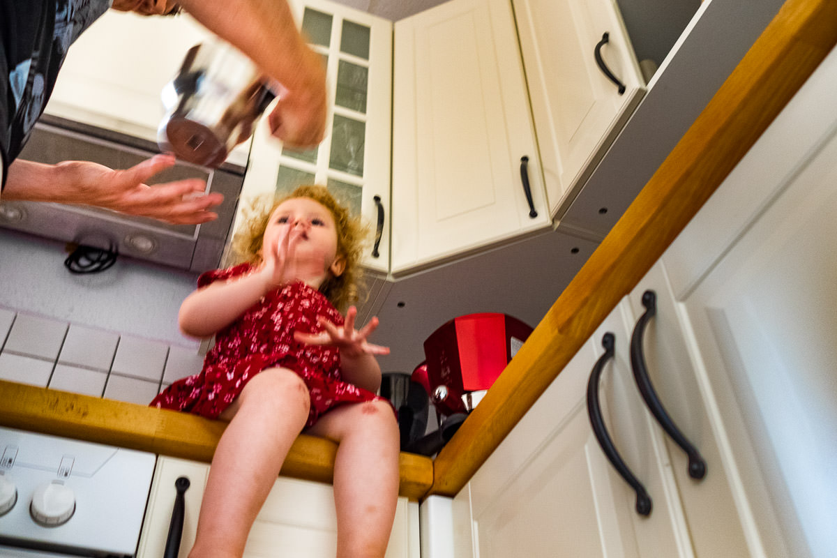 Vater-und-Tochter-kochen-Kaffee-Familienfotograf-Solingen