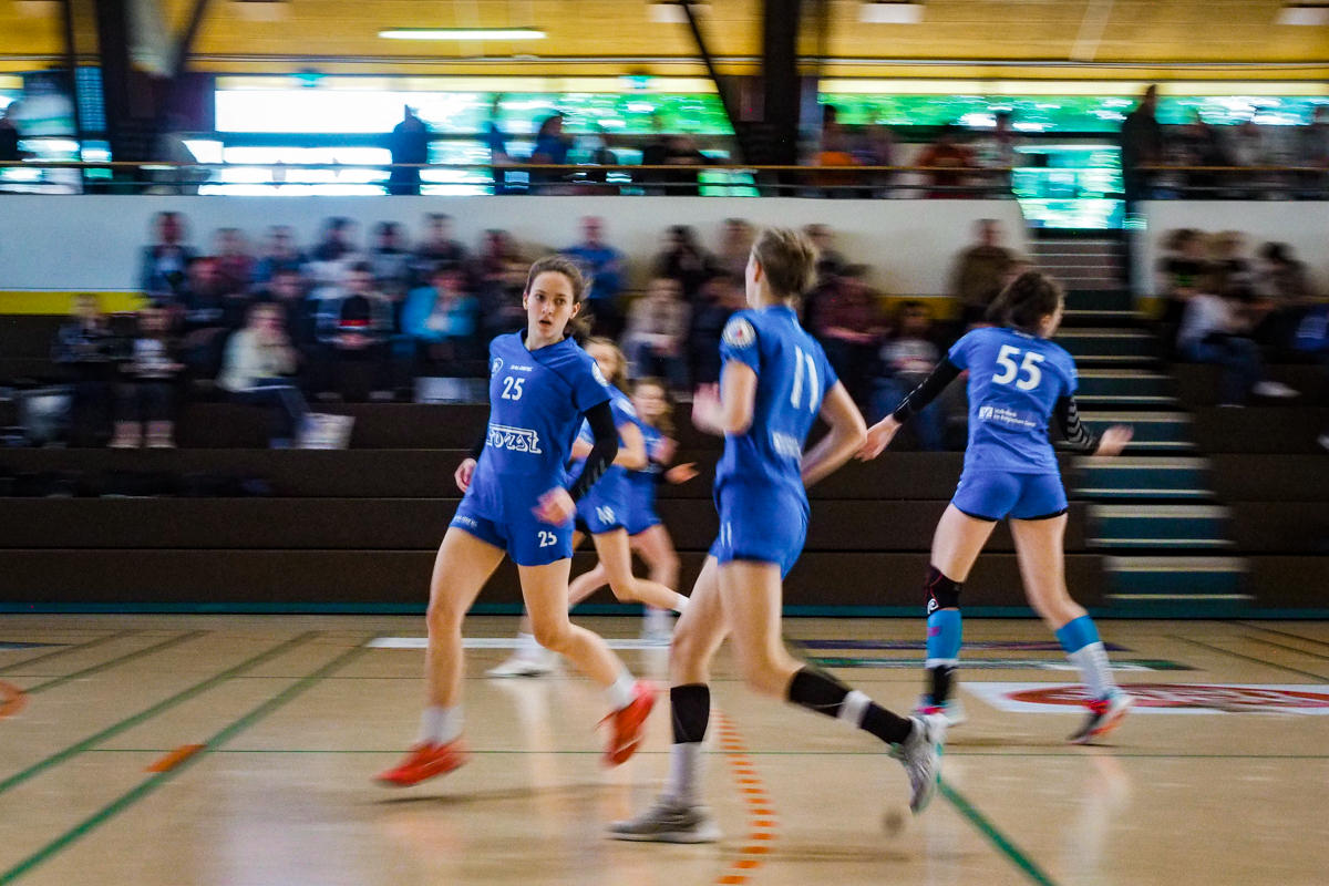 Handballtfotograf Maedchenmannschaft Handball BHC Solingen mit Familienfotograf Solingen Katrin Kuellenberg