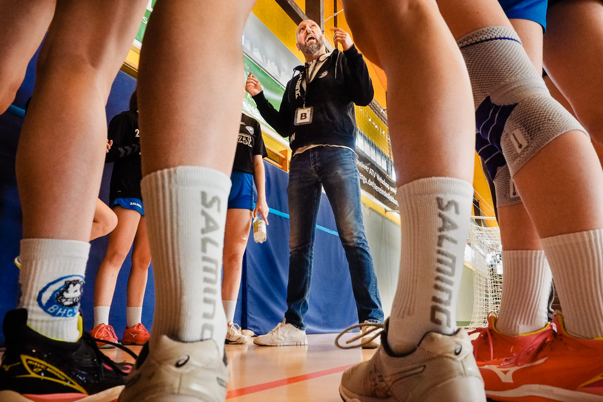 Handballtrainer Maedchenmannschaft Handball BHC Solingen mit Familienfotograf Solingen Katrin Kuellenberg