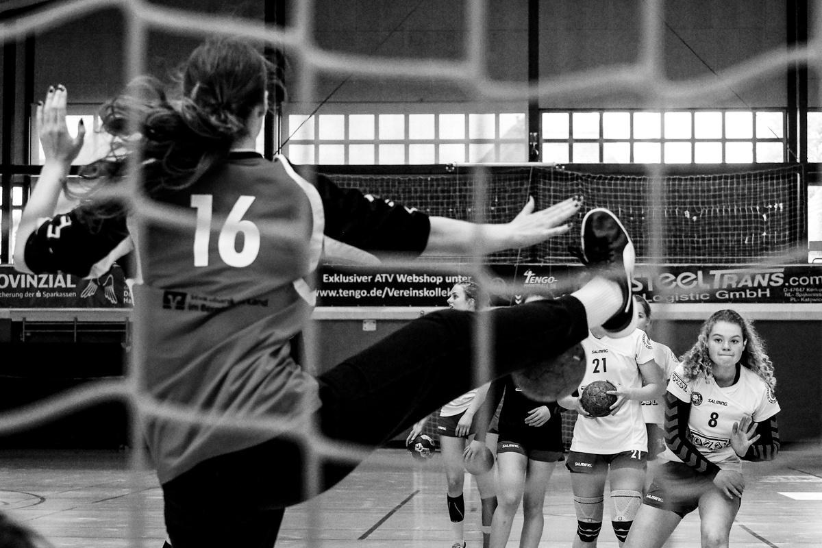 Maedchen Training Handball BHC Solingen mit Familienfotograf Solingen Katrin Kuellenberg