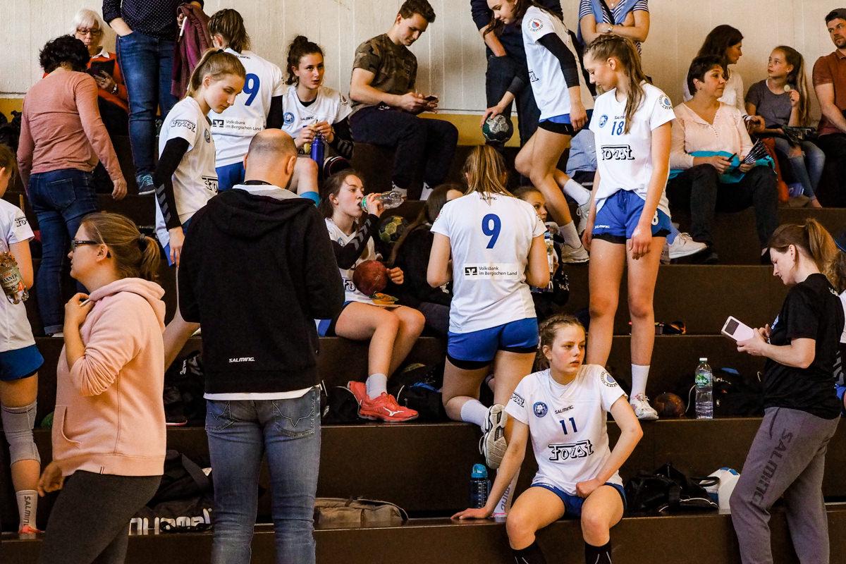 Maedchenmannschaft Handball BHC Solingen mit Familienfotograf Solingen Katrin Kuellenberg