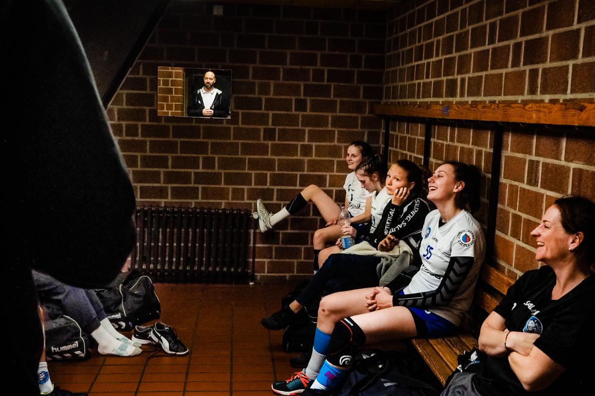 Siegreiche Maedchenmannschaft Handball BHC Solingen mit Familienfotograf Solingen Katrin Kuellenberg