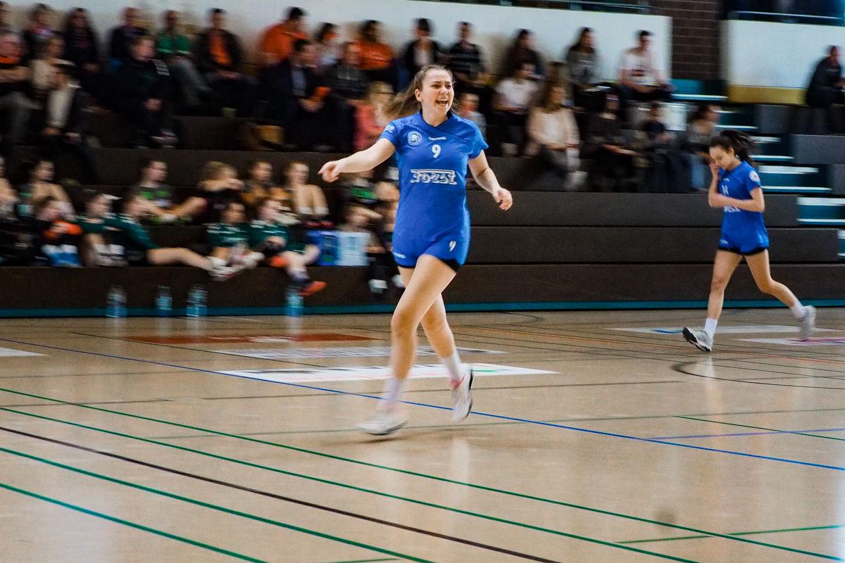 Spielerin Maedchenmannschaft Handball BHC Solingen mit Familienfotograf Solingen Katrin Kuellenberg