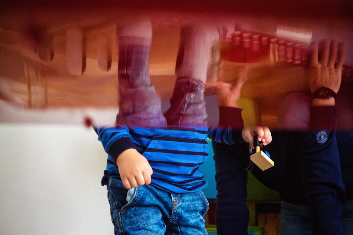 Junge Spiegelung mit Spielzeug mit Familienfotograf Wuppertal