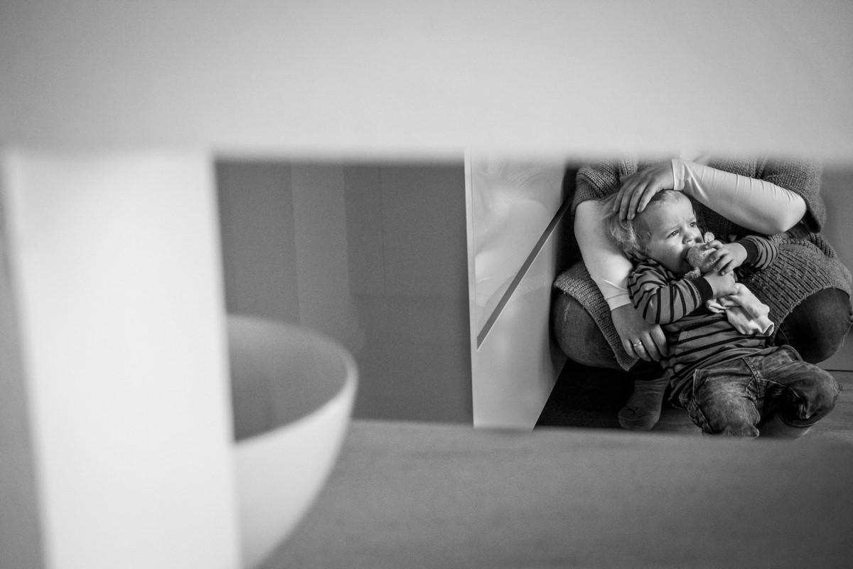 Junge mit Kuscheltier bei Fotoshooting mit Kinderfotograf Wuppertal