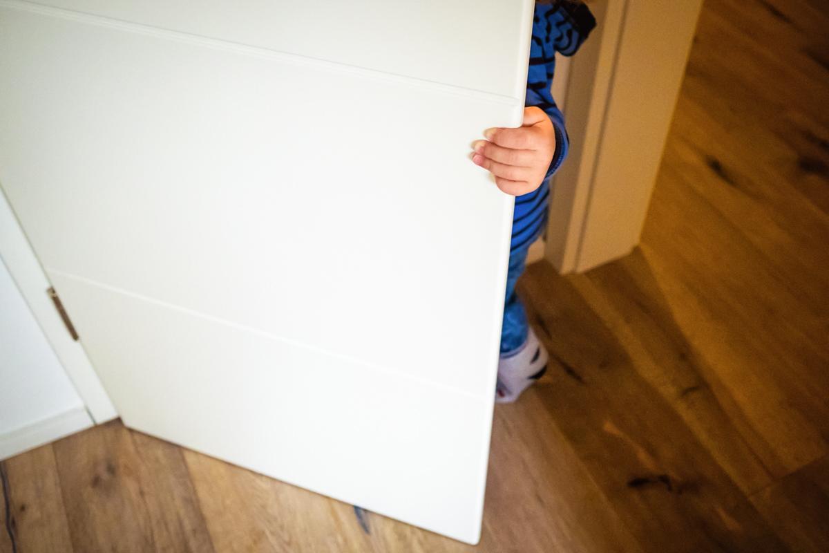 Junge versteckt sich bei Familienfotoshooting Wuppertal