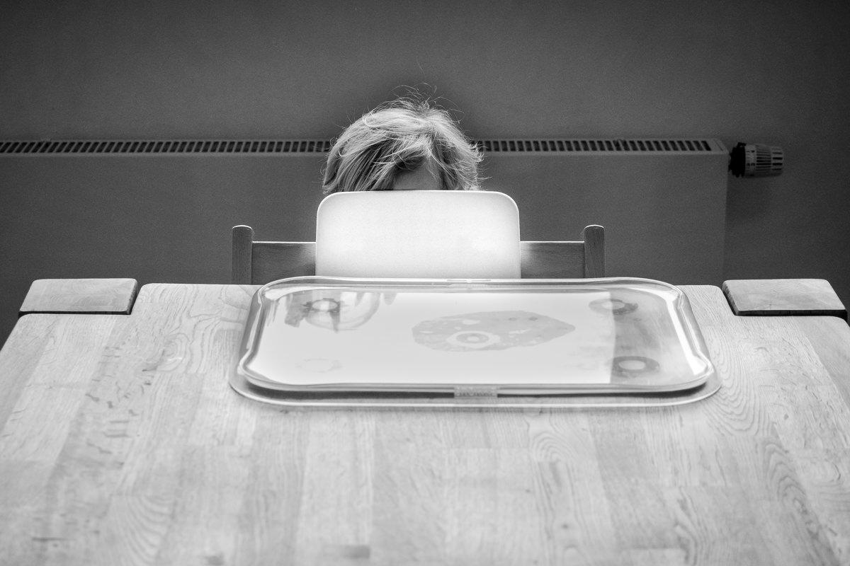 Junge versteckt sich zuhause mit Familienfotograf Wuppertal