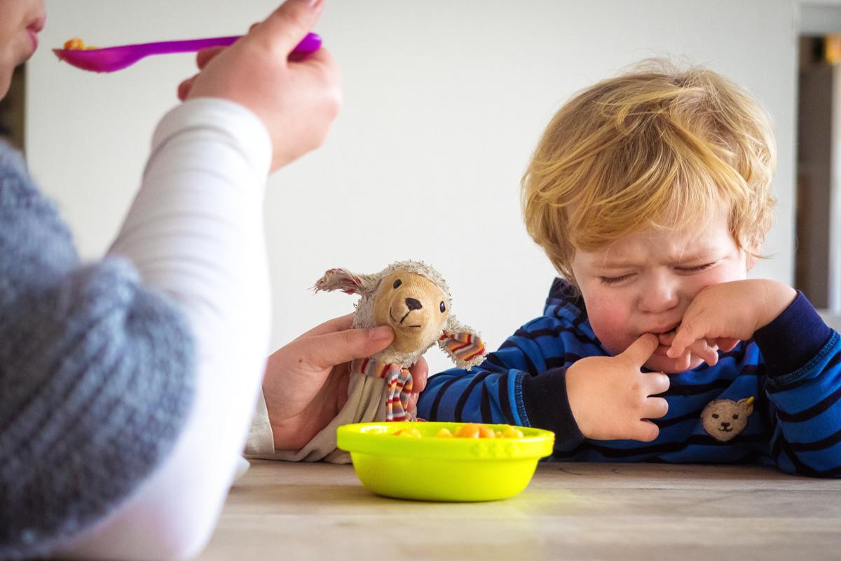 Junge wird gefüttert bei Fotoshooting mit Kinderfotograf Wuppertal
