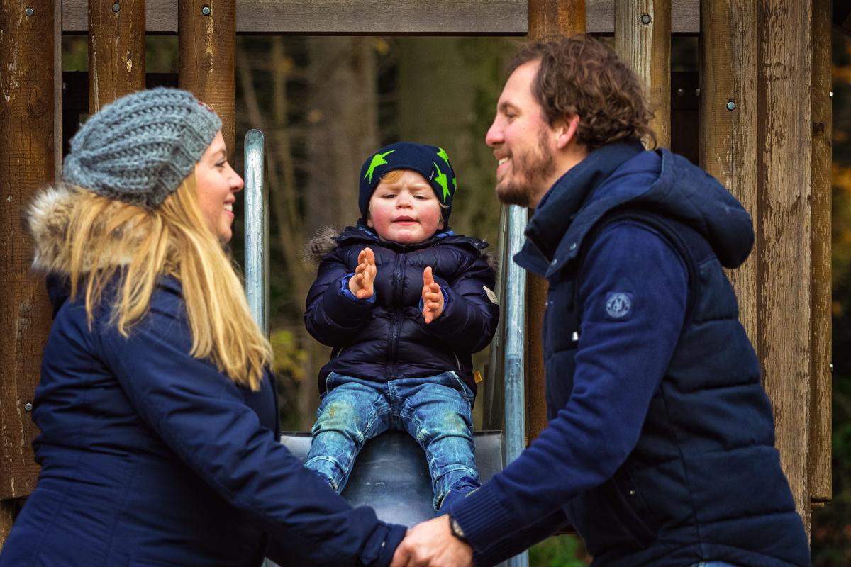 Mit Mama und Papa auf dem Spielplatz bei Familienfotoshooting Wuppertal