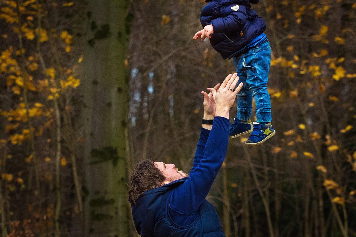 Papa und Sohn spielen bei Familienfotoshooting Wuppertal