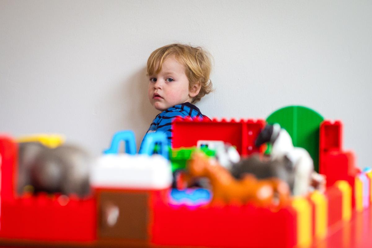 Portrait Junge mit Spielzeugkiste bei Familienfotoshooting Wuppertal