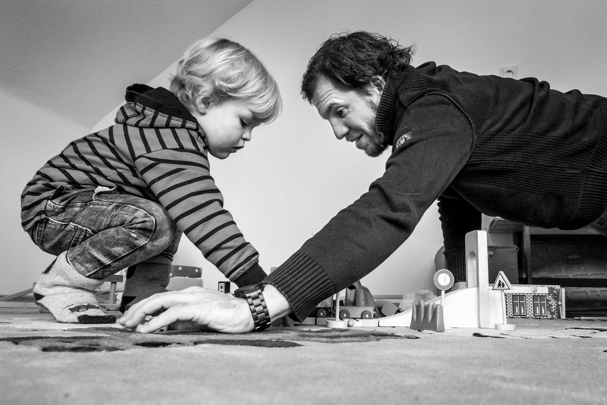Vater und Sohn mit Spielzeugeisenbahn mit Familienfotograf Wuppertal