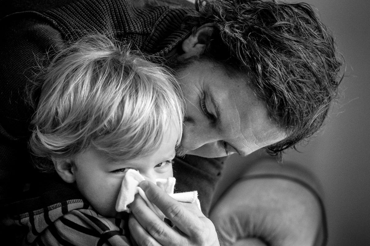 Vater und Sohn putzen Nase bei Familienfotoshooting Wuppertal